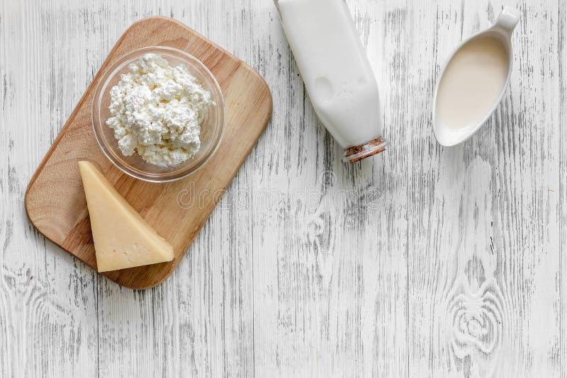 Alimento natural Leite, casa de campo, queijo no copyspace de madeira claro da opinião superior do fundo imagem de stock