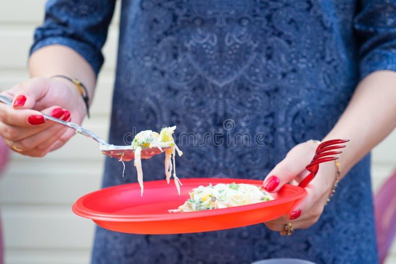 Alimento nos utensílios plásticos descartáveis vermelhos O alimento é vegetariano foto de stock royalty free