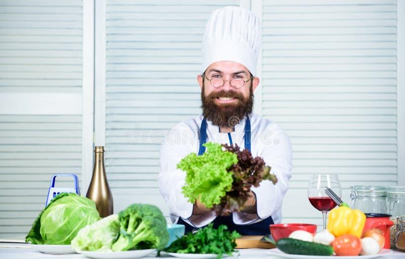 Alimento novo vegetariano Cozinheiro chefe maduro com barba Cozimento saudável do alimento Dieta e alimento biológico, vitamina C foto de stock royalty free