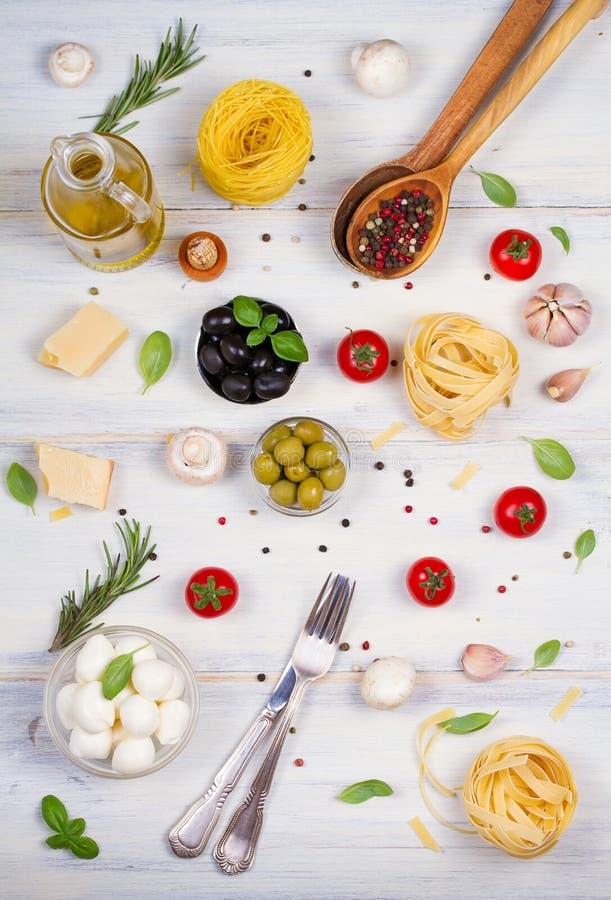 Alimento o ingredienti italiani con gli ortaggi freschi, la pasta, la mozzarella del formaggio ed il parmigiano, spezie Priorità  fotografia stock libera da diritti