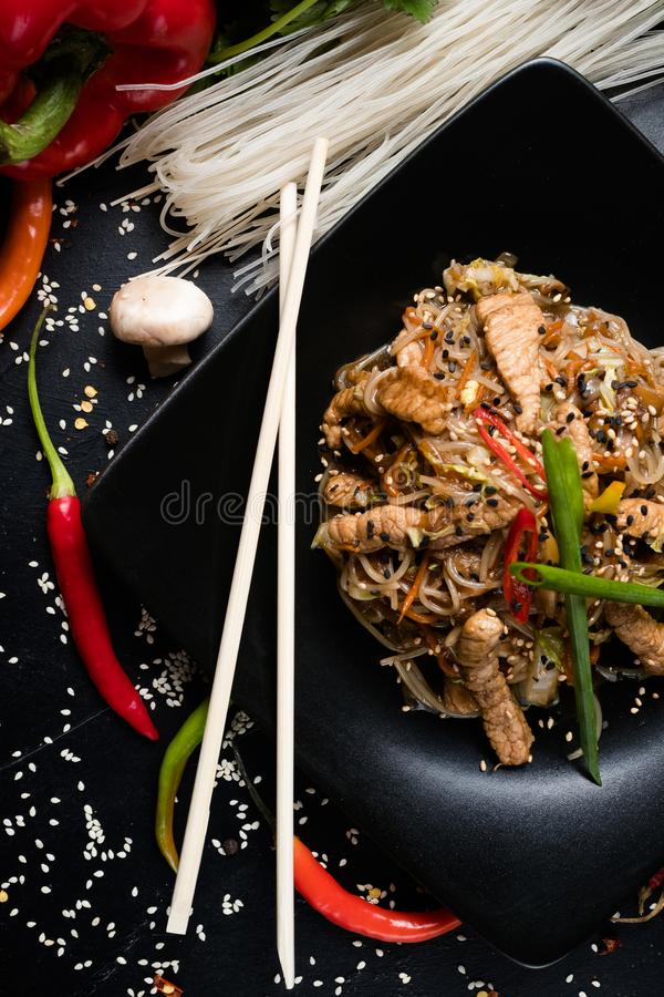 Alimento oriental que come a carne de porco do macarronete do hashi da cultura foto de stock royalty free