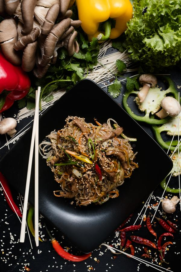Alimento oriental tradicional que prepara o macarronete do ofício imagem de stock royalty free
