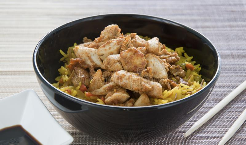 Alimento orientale Pezzi del pollo con il riso di curry giallo fotografie stock