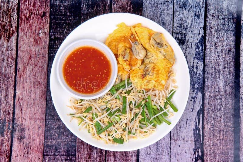 Alimento, ovo frito e ostra tailandeses com broto de soja e chalota como fotografia de stock royalty free
