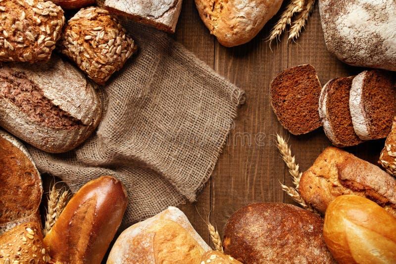 Alimento Pan y panadería en fondo de madera fotos de archivo