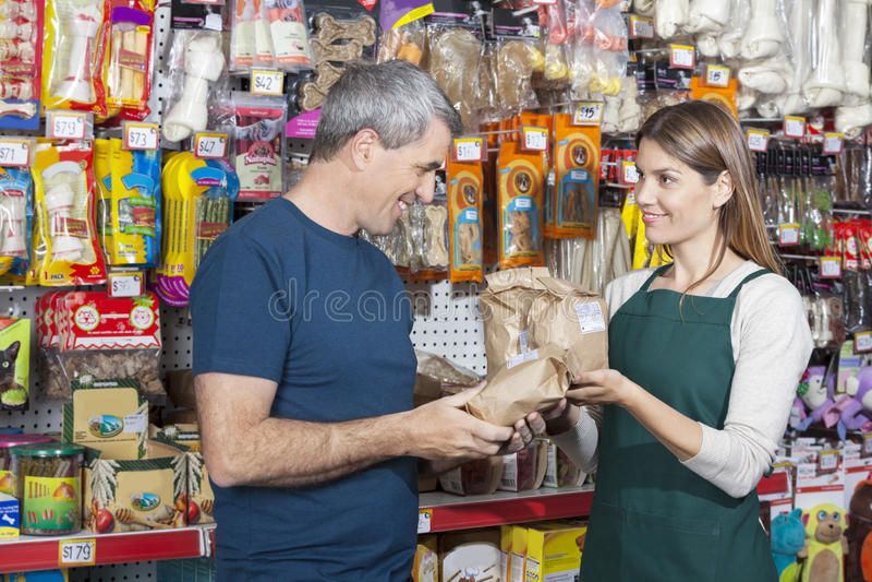 Alimento para animales de compra de Assisting Man In de la dependienta foto de archivo libre de regalías