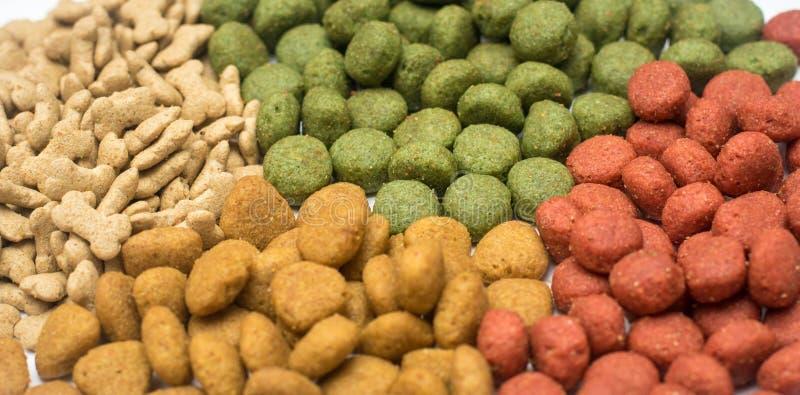 Alimento para cães em um fundo branco fotos de stock royalty free