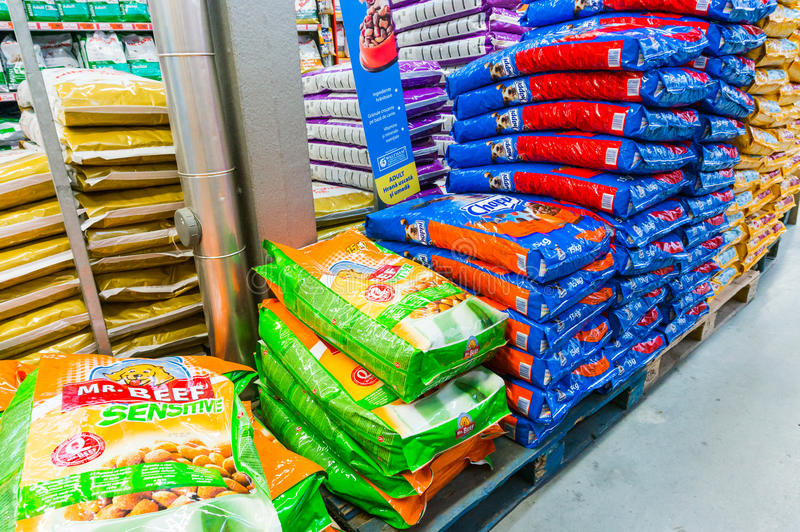 Alimento para cães na loja imagem de stock