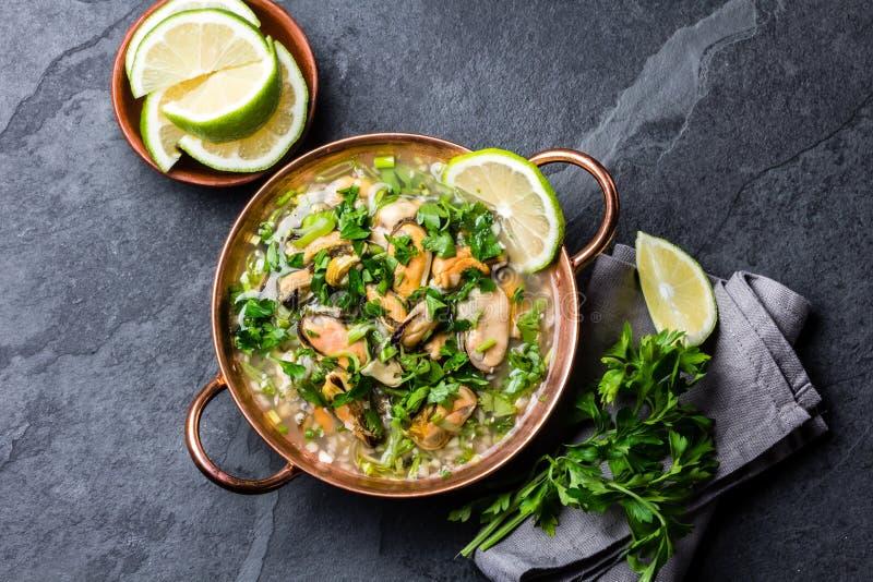 Alimento peruano Ceviche dos mexilhões Sopa fria com marisco, limão e cebola fotos de stock