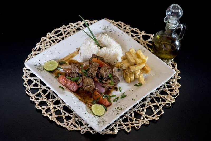 Alimento peruano: Lomo Saltado, salgou a carne em um prato imagem de stock royalty free