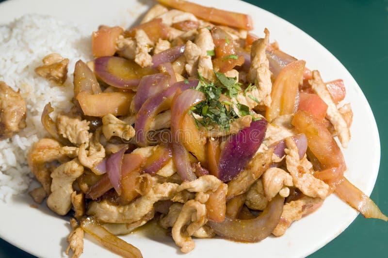 Alimento peruano tradicional do saltado do pollo da galinha fotografia de stock royalty free
