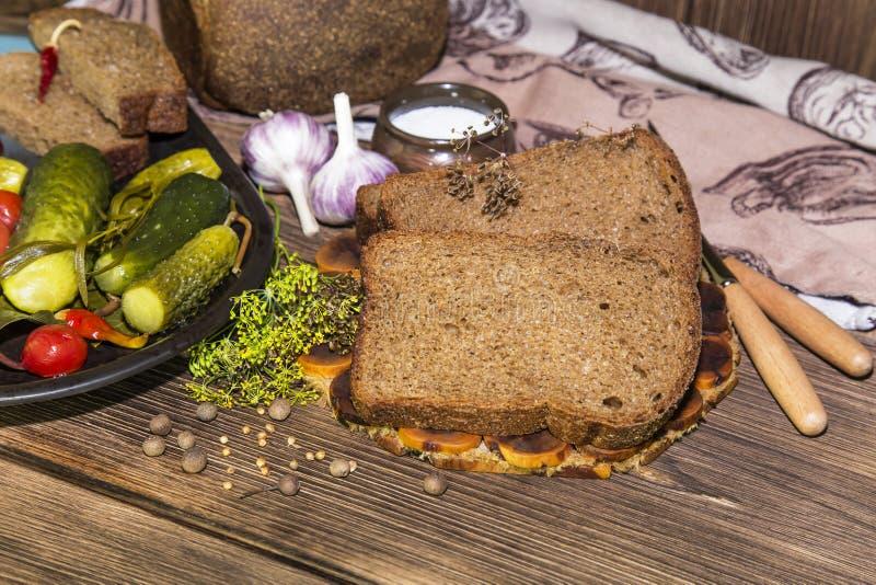Alimento Petisco tradicional nacional do russo em uma tabela de madeira na imagens de stock royalty free