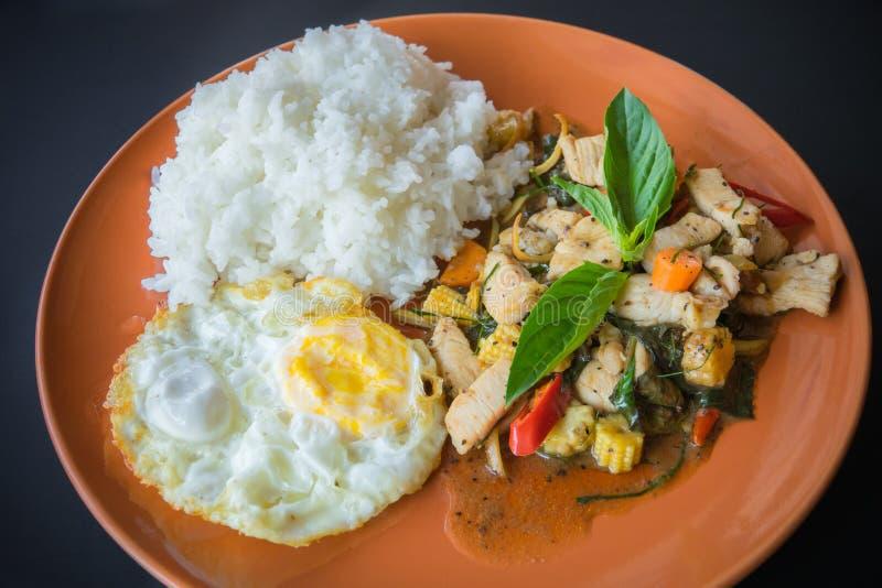 Alimento picante tailandês, manjericão do whit do frango frito da agitação no arroz foto de stock