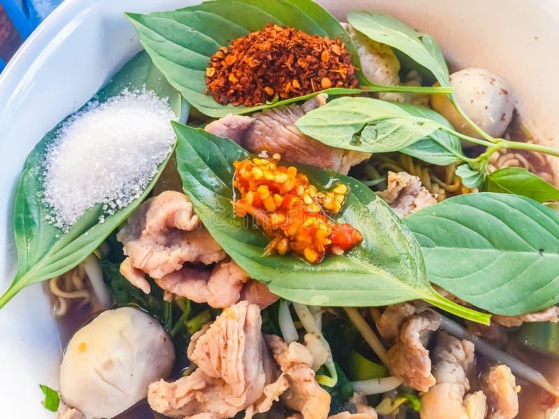 Alimento popular da rua em Tailândia, macarronete picante da carne de porco que consiste fotos de stock royalty free