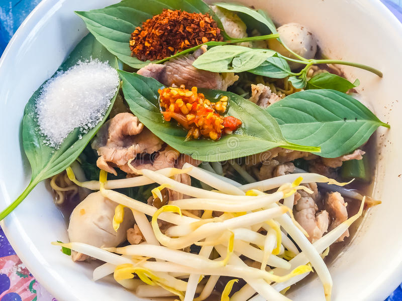 Alimento popular da rua em Tailândia, macarronete picante da carne de porco que consiste foto de stock