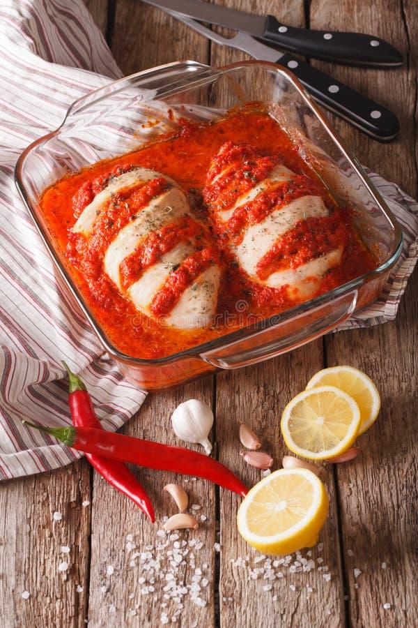 Alimento portoghese: fine piccante di piri di piri del pollo su nel piatto di cottura immagine stock