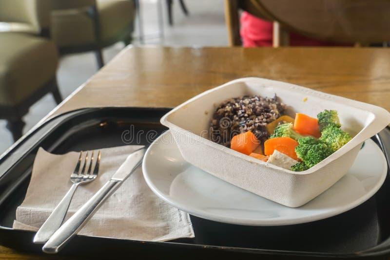 Alimento pulito della quinoa e carota e broccoli del punto di ebollizione in scatola fotografia stock