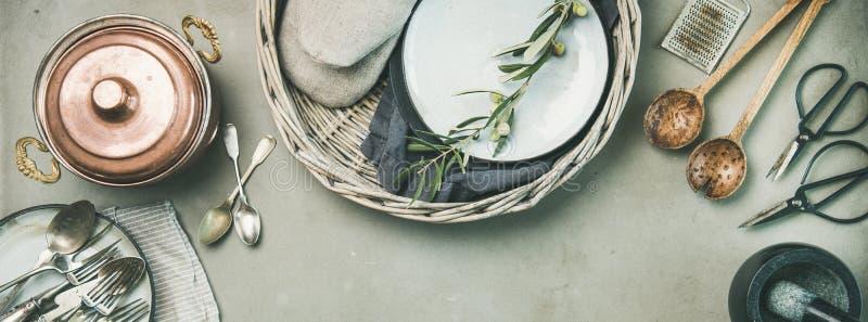 Alimento que cozinha o fundo minimalistic sobre o fundo cinzento, composição larga foto de stock