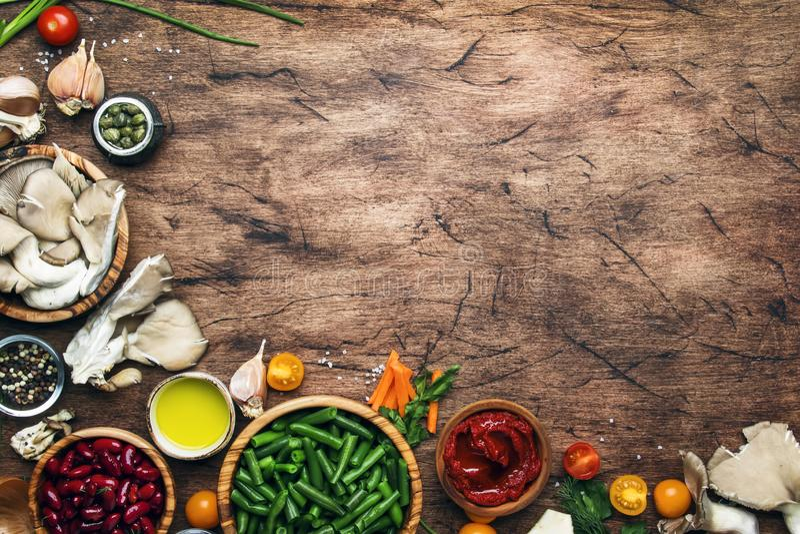 Alimento que cozinha o fundo, os ingredientes para pratos do vegetariano da preparação, os vegetais, as raizes, as especiarias, o foto de stock royalty free