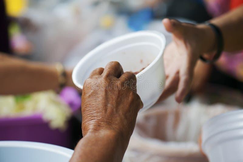 Alimento ricco di elasticità della gente al povero concetto di inedia fotografie stock
