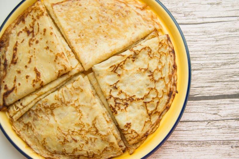 Alimento russo tradizionale, pancake deliziosi su un piatto, pila impilata Il carnevale e vedere l'inverno russo, vista da fotografia stock libera da diritti