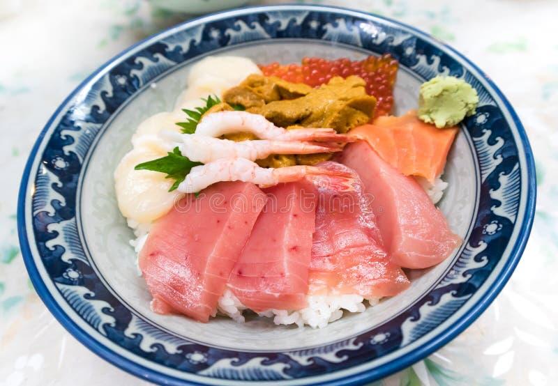 Alimento saboroso japonês misturado fresco da bacia de arroz Kaisen-don/do marisco cru fotografia de stock
