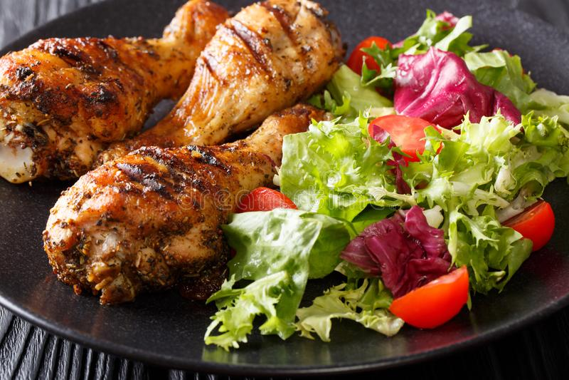 Alimento saboroso: serviço de pilões de galinha grelhados e do vege fresco imagem de stock