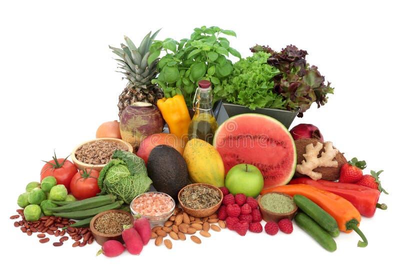 Alimento salutare alcalino per l'equilibrio compreso gli ortaggi freschi, frutta, dadi, erbe, spezia, pasta, sale himalayano, tè  fotografia stock
