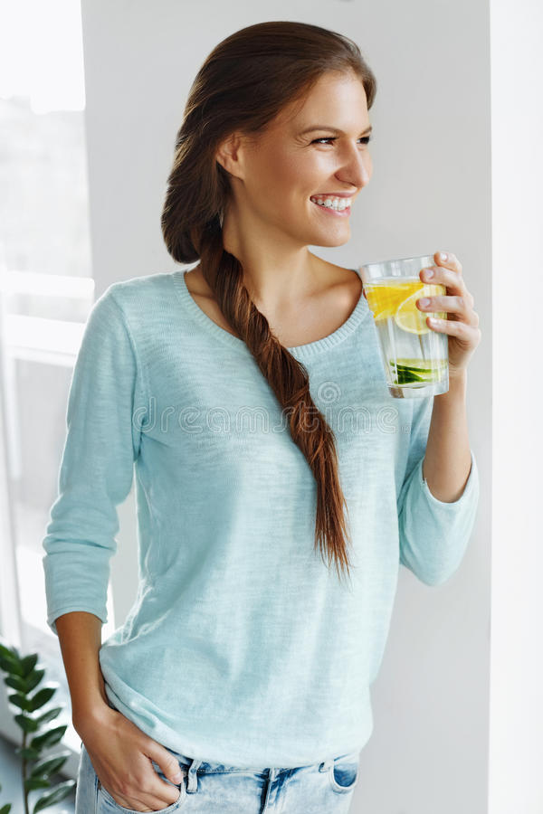 Alimento sano Acqua bevente della disintossicazione del limone della donna Cibo sano fotografie stock libere da diritti