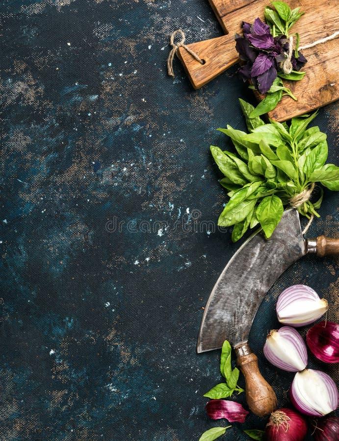 Alimento sano che cucina fondo sopra struttura blu scuro del compensato di lerciume fotografie stock libere da diritti