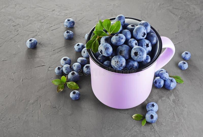 Alimento sano Ciérrese encima del arándano maduro fresco de la visión en taza púrpura foto de archivo