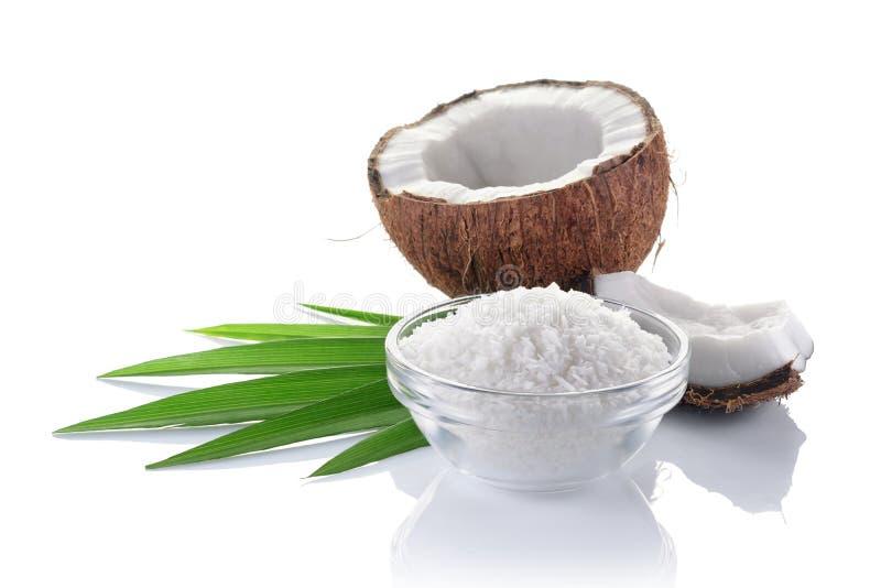Alimento sano Coco fresco con las escamas en la placa de cristal y hojas de palma verdes fotografía de archivo