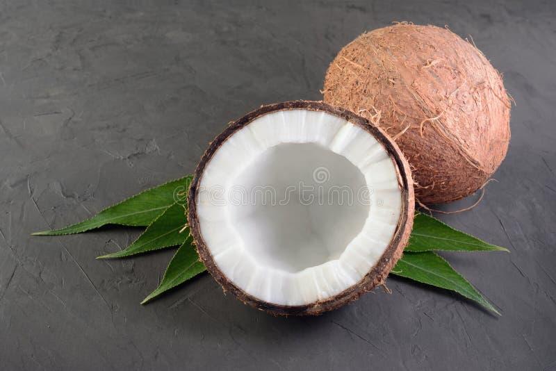 Alimento sano Coco fresco con las hojas de palma verdes fotos de archivo