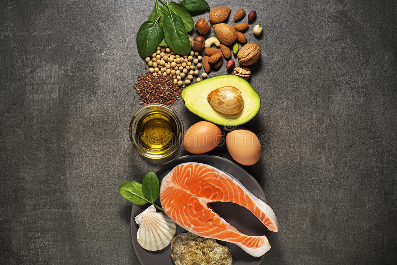 Alimento sano con il pesce di color salmone fotografia stock libera da diritti