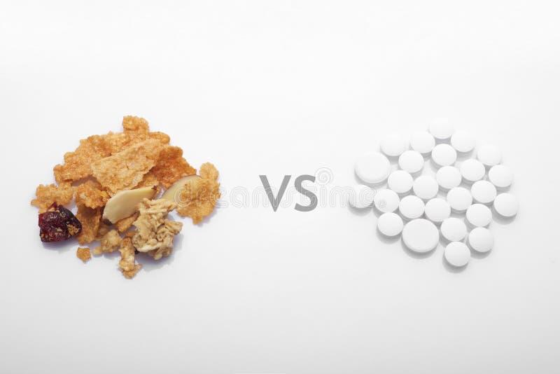 Alimento sano contro la droga immagini stock libere da diritti