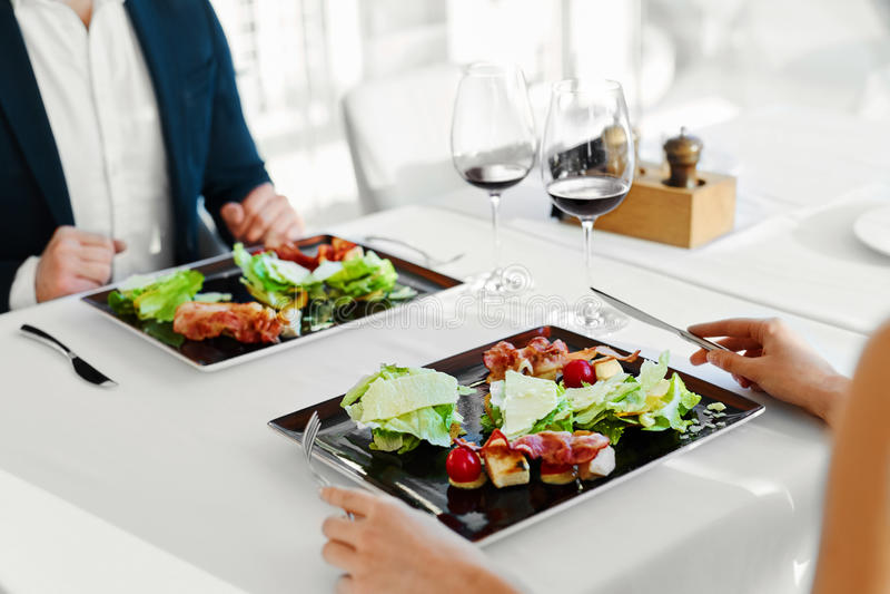 Alimento sano Coppie che mangiano il ristorante di Caesar Salad For Meal In fotografie stock