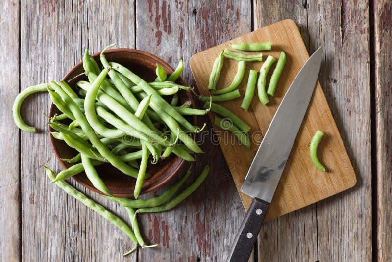 Alimento sano, cottura di concetto, crudo, crudo, organico, giovane, verde, verdure, asparago, fondo di legno Vista superiore fotografie stock libere da diritti