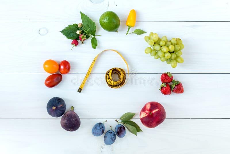 Alimento sano di forma fisica sulla calce di legno bianca del fondo, strawberr fotografia stock libera da diritti