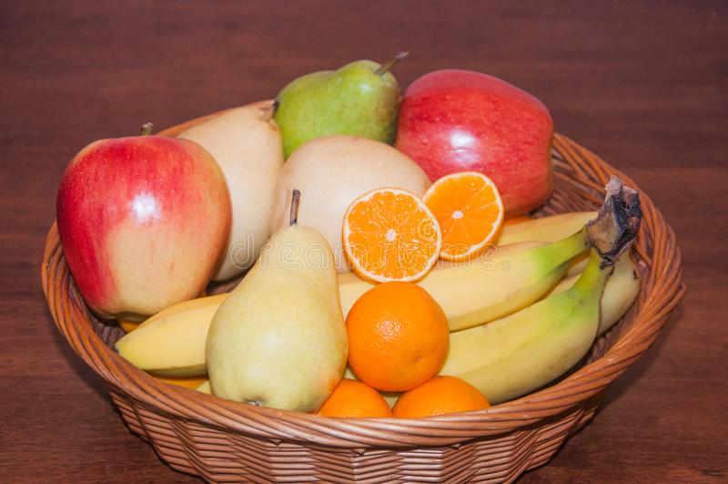 Alimento sano di intero legno della frutta del canestro fotografie stock