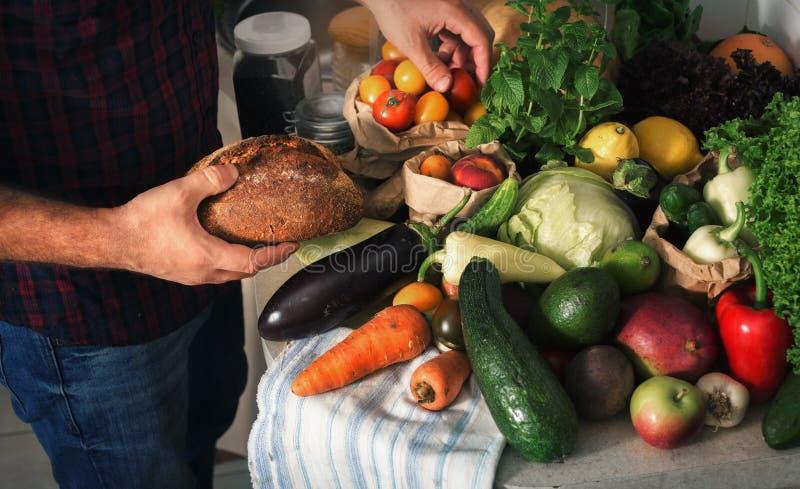 Alimento sano differente nella cucina domestica immagini stock