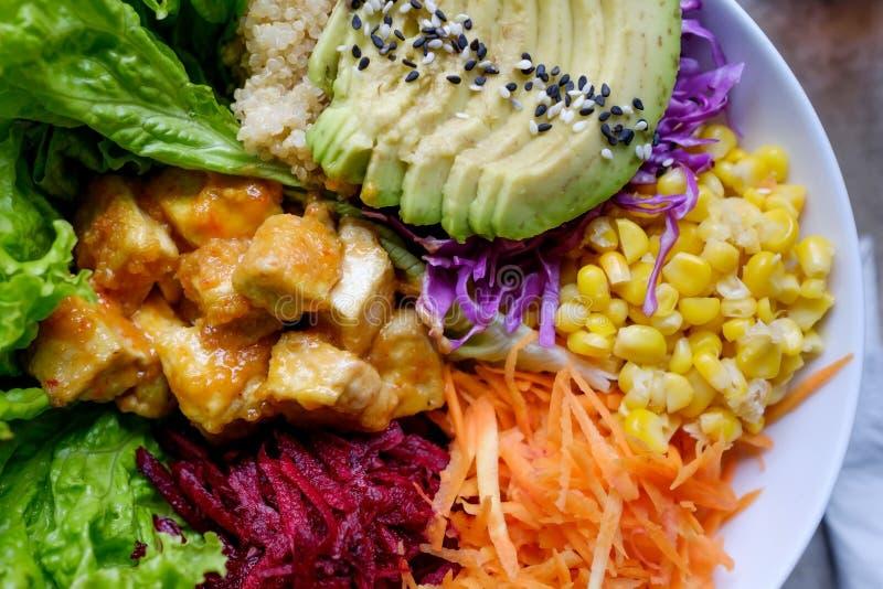 Alimento sano Ensalada verde fresca con una zanahoria, el aguacate, y otras verduras, imagenes de archivo