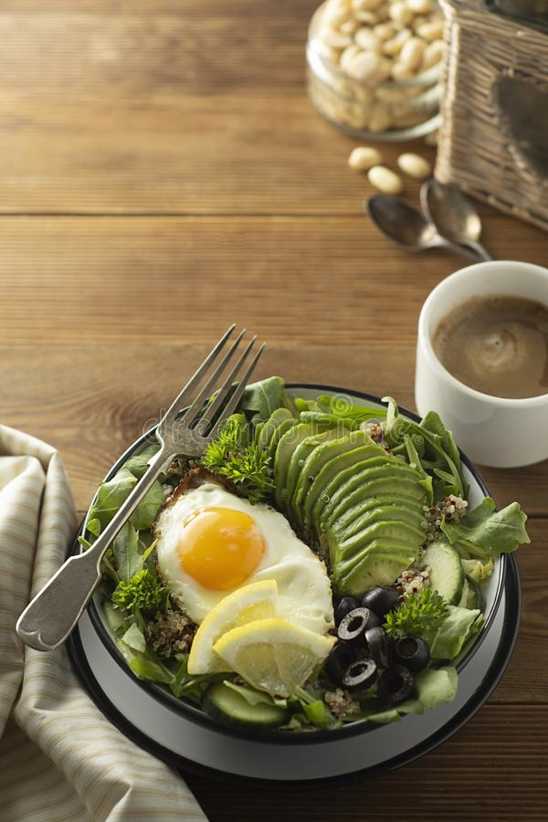 Alimento sano Huevos, quinoa, aguacate, ensalada verde, aceitunas negras Vector de madera la dieta, pierde el peso fotografía de archivo libre de regalías