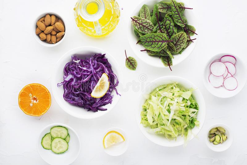 Alimento sano Ingredienti per un'insalata di verdure vegetariana verde fresca dagli ortaggi freschi Vista superiore immagini stock libere da diritti