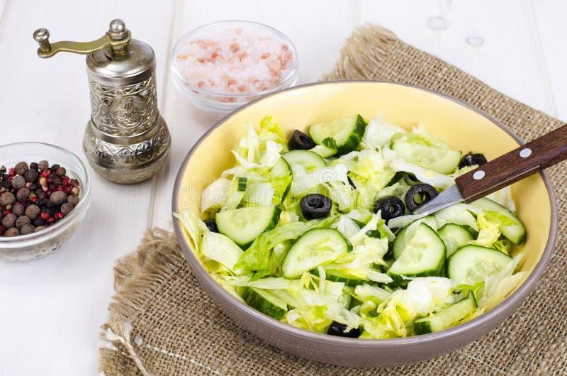 Alimento sano Insalata vegetariana dall'iceberg, dal cetriolo fresco e dalle olive nere immagini stock libere da diritti