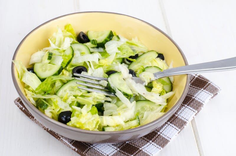 Alimento sano Insalata vegetariana dall'iceberg, dal cetriolo fresco e dalle olive nere immagini stock