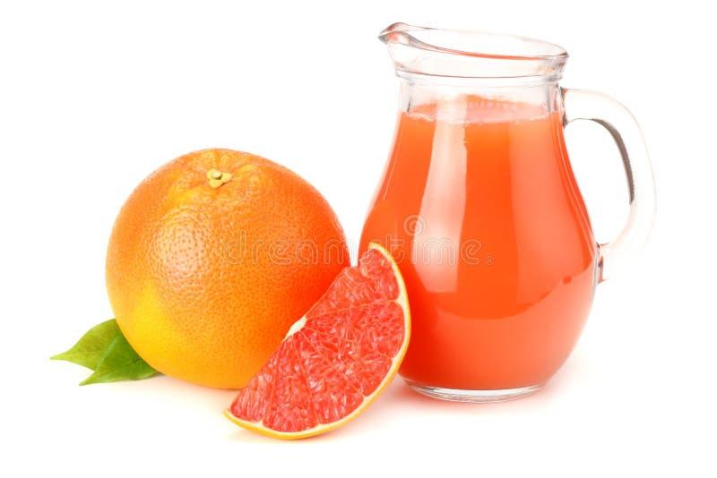 Alimento sano jugo de pomelo con el pomelo cortado aislado en el fondo blanco fotos de archivo libres de regalías