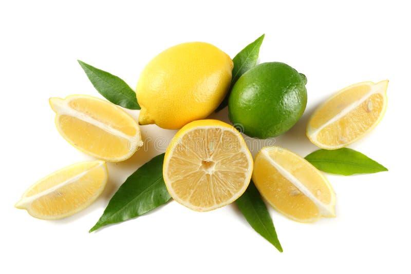 Alimento sano limón y cal con la hoja verde aislada en la opinión superior del fondo blanco fotos de archivo