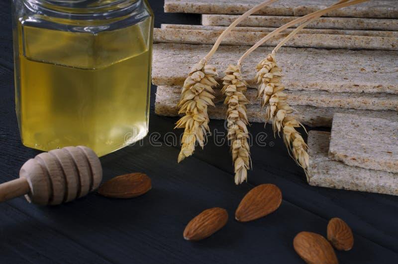 Alimento sano Los panes dietéticos del aire mienten en una tabla de madera oscura en un fondo oscuro al lado de los oídos del tri imagen de archivo libre de regalías
