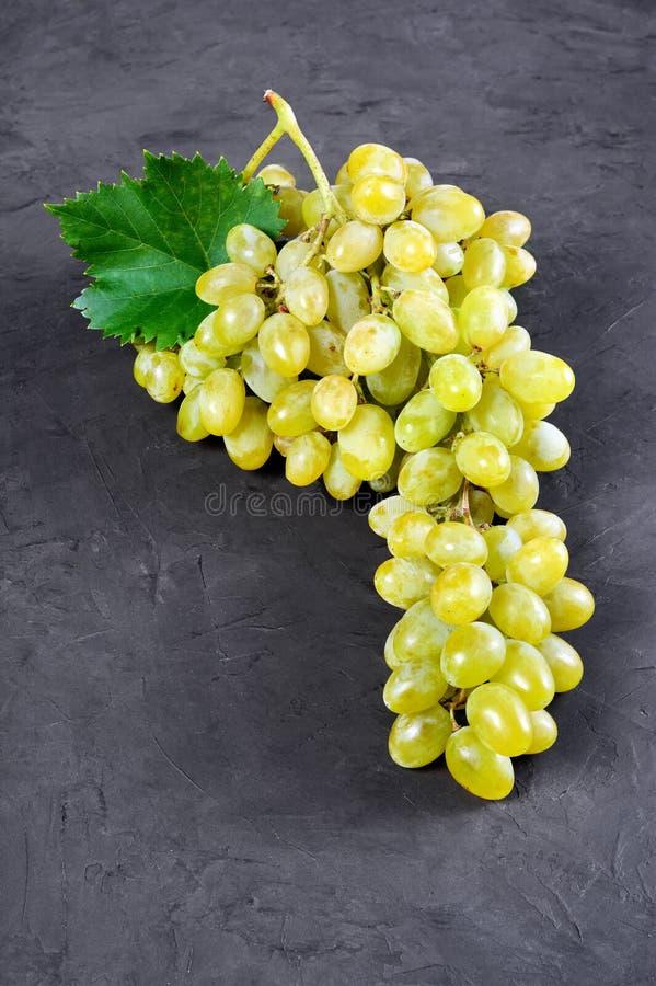Alimento sano Manojo maduro fresco de la opinión del primer de uva con la hoja foto de archivo libre de regalías