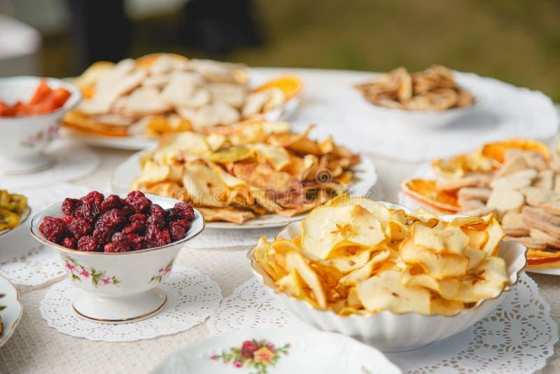 Alimento sano: mescoli dai frutti secchi in ciotola, fuoco selettivo fotografie stock